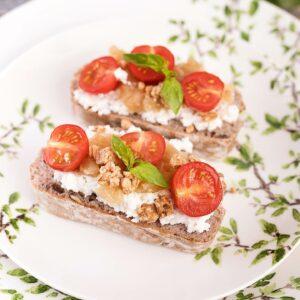 Bruschetas de Ricota y Tomate con Muesli Crujiente