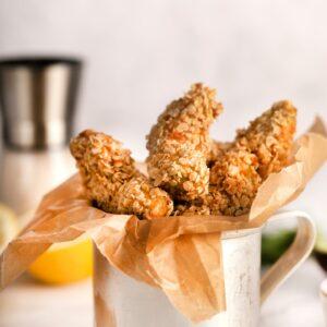 Gajos de Aguacate Fritos con Avena y Dip de Salsa de Yogur